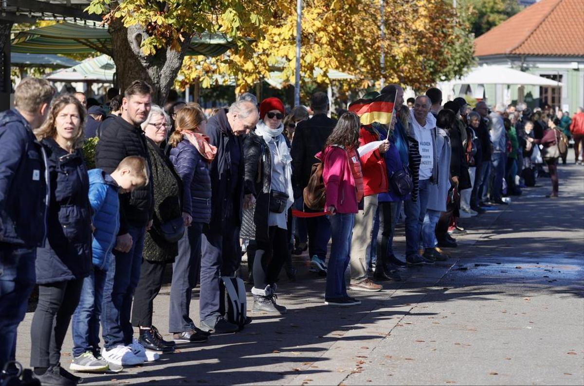 Cadeia humana anti-máscaras abaixo das expectativas na fronteira germano-suíça