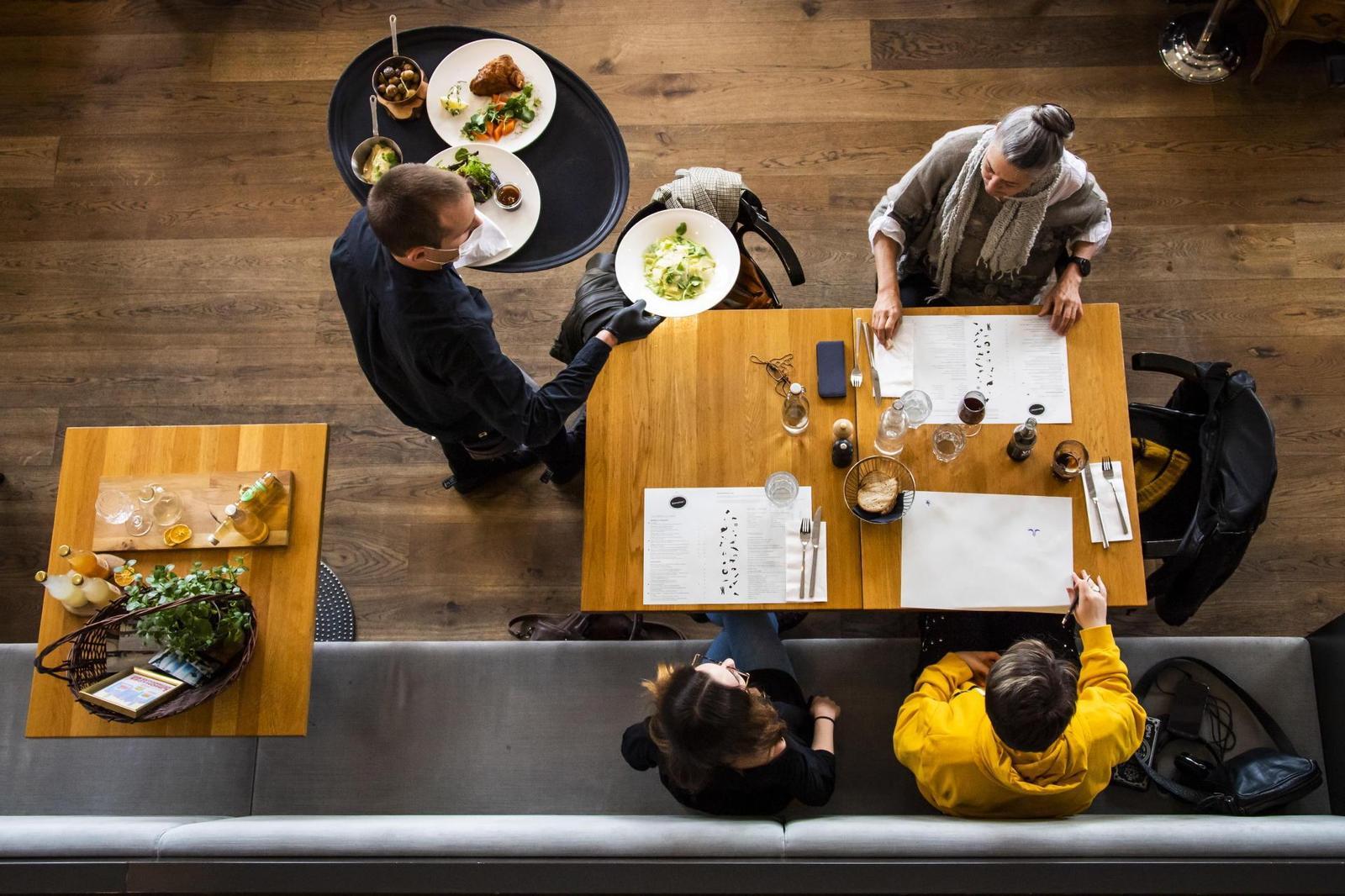 Cantões francófonos harmonizam a reabertura de restaurantes e cafés